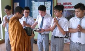 bhikkhu atthadiro pindapata di Ehipassiko School BSD