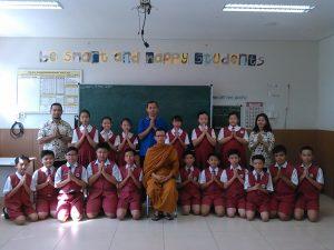 Bhikkhu Atthadhiro memberikan pemberkahan persiapan ujian nasional SD Ehipassiko School by tisaranaDotNet